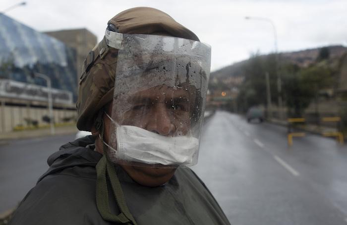 Un soldado patrulla una carretera vacía en medio de restricciones gubernamentales que limitan a los residentes, según su número de identificación nacional, a compras esenciales por la mañana en un intento por contener la propagación del nuevo coronavirus en La Paz, Bolivia, el lunes 30 de marzo de 2020. Foto: Juan Karita, AP