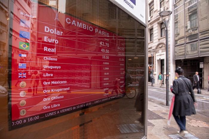 Vista de una pantalla que muestra el cambio de divisas, este jueves, en Buenos Aires (Argentina). Foto: Matías Gabriel Napoli, EFE