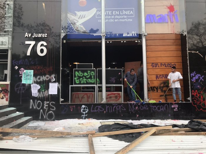 Después del paso de los contingentes, las personas comenzaron a limpiar los inmuebles afectados. Foto: Daniela Barragán, SinEmbargo