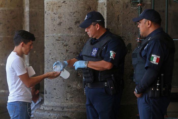 Tapatíos continuan en las calles a pesar de alertas sanitarias en México y las medidas de prevención continuan en Jalisco. Foto: Fernando Carranza García, Cuartoscuro