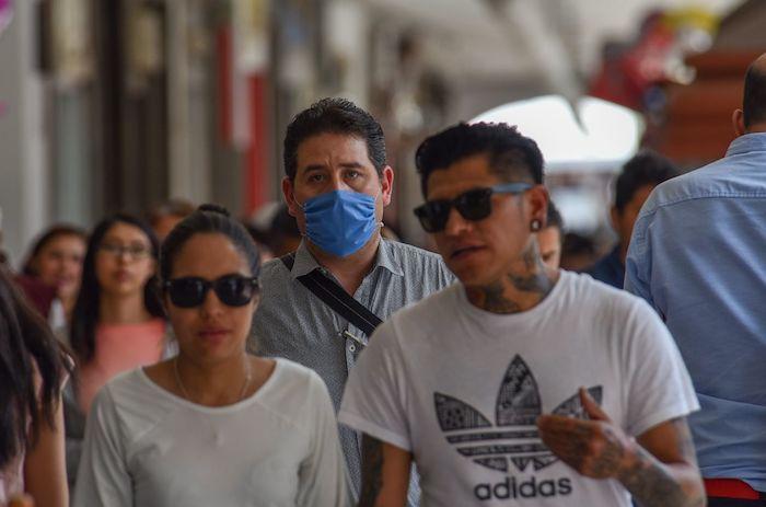 Negocios de la capital mexiquense toman medidas preventivas ante la cuarentena por COVID-19. Algunas personas utilizan cubrebocas. Foto: Crisanta Espinosa Aguilar, Cuartoscuro