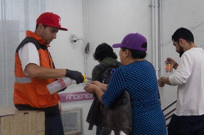 Ante la propagación del coronavirus en México, usuarios del trasporte público portan cubrebocas como medida de prevención. Foto: Magdalena Montiel, Cuartoscuro