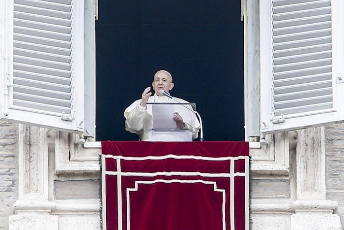 El Papa Francisco desde la Biblioteca del palacio pontifico. Foto: EFE
