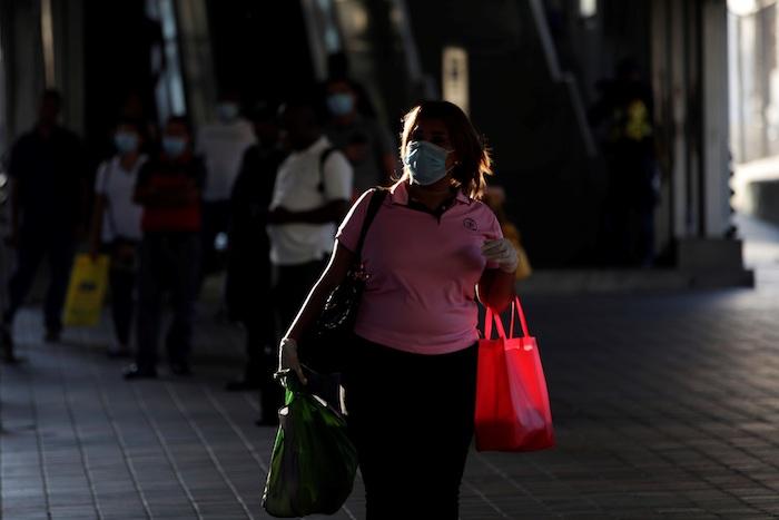 Una mujer usando un tapabocas camina, este lunes, por las calles en Ciudad de Panam· (Panam·). Foto: Bienvenido Velasco, EFE