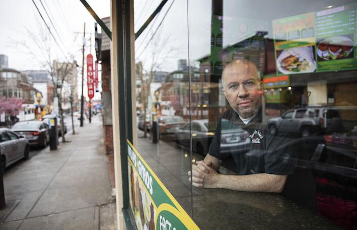 Paul Boutros, propietario de East Side Pockets, un pequeño restaurante próximo a la Universidad de Brown, mira hacia la calle vacía luego de que los estudiantes se marchasen a sus casas hace dos semanas, el 25 de marzo de 2020, en Providence, Rhode Island. Foto: David Goldman, AP