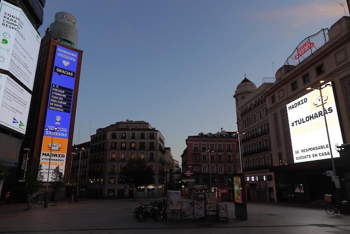 En la imagen, vista de la Plaza de Callao, desierta ante las medidas de confinamiento impuestas para frenar la propagación del coronavirus, en el centro de Madrid, el 1 de abril de 2020. Foto: Manu Fernández, AP
