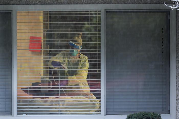 Una enfermera tomando recaudos en la habitación de un paciente con el virus COVID19 en el Life Care Center, un hogar para ancianos de Kirkland, estado de Washington. Foto del 13 de marzo del 2020. Foto: Ted S. Warren, File, AP