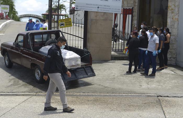En Guayaquil la gente vive entre sus muertos en medio de la emergencia creada por la pandemia del COVID-19. Foto: Andrea Aguilar, AP