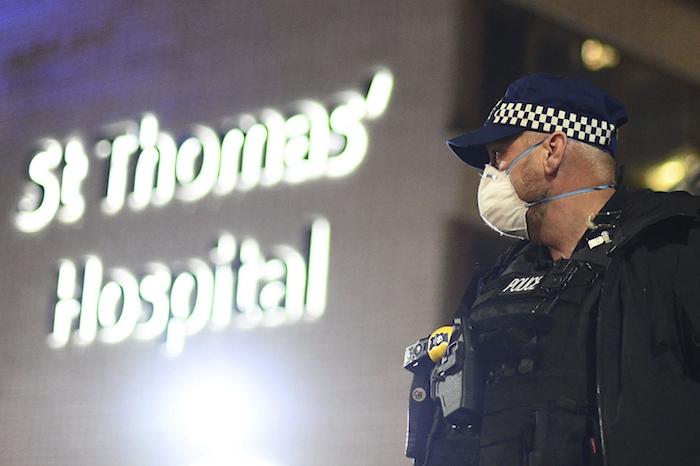 Un agente de policía ante el hospital de St Thomas en el centro de Londres, después de que el primer ministro británico, Boris Johnson, fuera trasladado a cuidados intensivos al empeorar sus síntomas por coronavirus, el lunes 6 de abril de 2020. Foto: Victoria Jones/PA vía AP