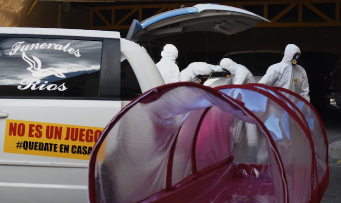 Cápsulas en las que transportan cuerpos de personas con coronavirus. Foto: Rey R. Jauregui, La Verdad de Juárez