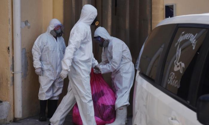 El personal de las funerarias usa trajes de protección. Foto: Rey R. Jauregui, La Verdad de Juárez