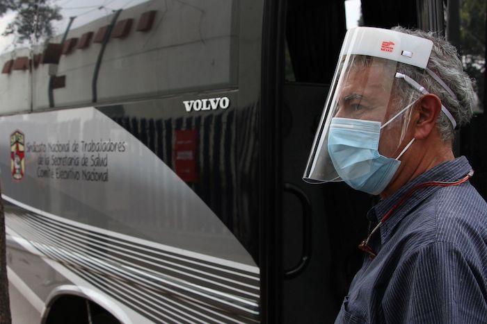 El Sindicato de Trabajadores de la Salud brinda transporte gratuito a enfermeras y enfermeros en la Ciudad de México.