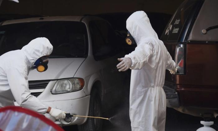 Quienes se encargan del tratamiento de los cuerpos tratan de tomar medidas de precaución para evitar contagios. Foto: Rey R. Jauregui, La Verdad de Juárez