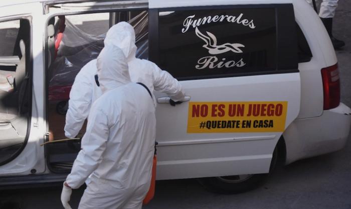 """""""No es un juego"""", se lee en el letrero de una de las carrozas fúnebres. Foto: Rey R. Jauregui, La Verdad de Juárez"""