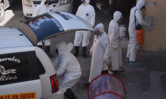 El cadáver se trasladó totalmente cubierto en el interior de una especie de cápsula sellada. Foto: Rey R. Jauregui, La Verdad de Juárez