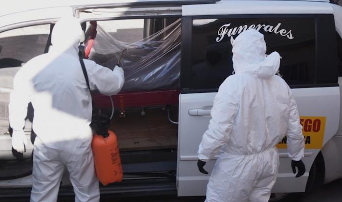 La cápsula con el cuerpo también se desinfectó con sanitizante. Foto: Rey R. Jauregui, La Verdad de Juárez