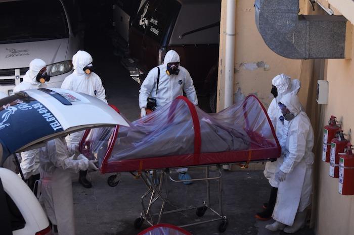 El traslado del cuerpo de una persona que murió por COVID-19. Foto: Rey R. Jauregui, La Verdad de Juárez