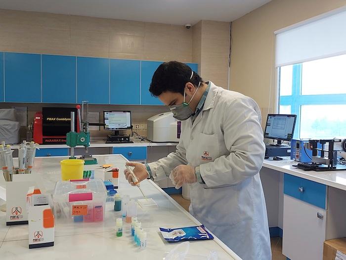 Un trabajador de la compañía Pishtaz Teb Zaman, que está produciendo los test de diagnóstico PCR y serológico.