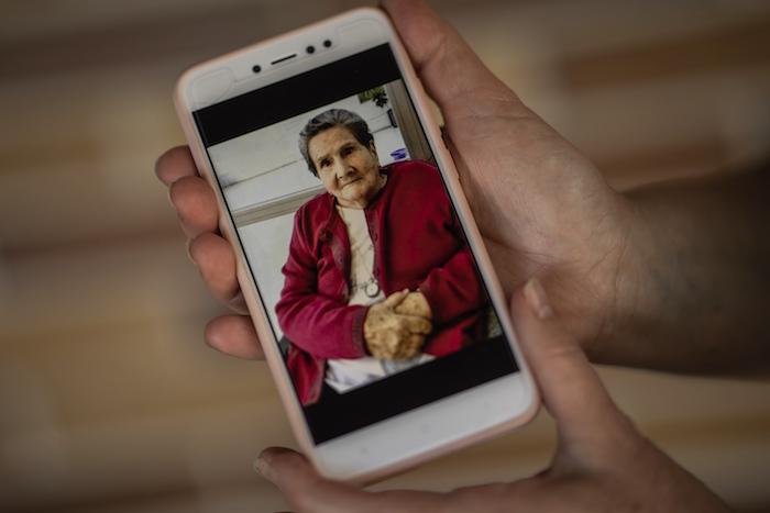 En esta imagen, tomada el 20 de mayo de 2020, Pilar Yunta García muestra una fotografía de su madre, Pilar García Buzón en Sevilla La Nueva, a las afueras de Madrid, España.