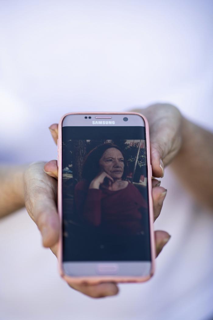 En esta imagen, tomada el 20 de mayo de 2020, Ana Belén muestra una fotografía de su madre, María Pérez López, de 75 años, en Madrid, España.