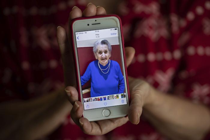 En esta imagen, tomada el 18 de mayo de 2020, Isabel Fraile muestra una imagen de su madre, Estefanía Carretero, de 93 años, en Madrid, España.