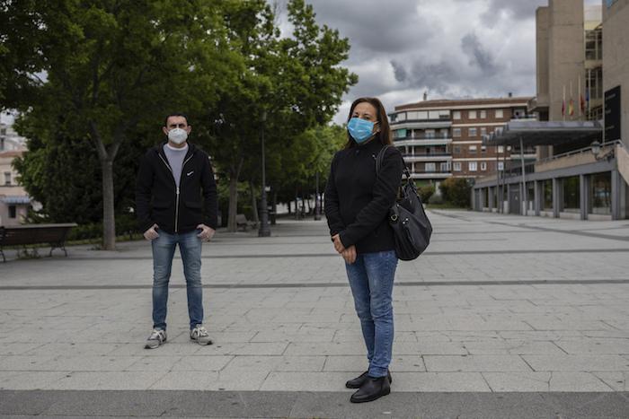 En esta imagen, tomada el 15 de mayo de 2020, María Mendoza (derecha) y José Manuel Martín, trabajadores del Centro de Mayores de Usera, posan para una fotografía en Madrid, España.
