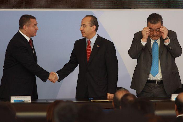 Genaro García Luna y Felipe Calderón se dan la mano en 2009.
