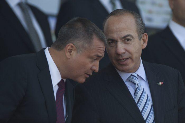 Genaro García Luna y Felipe Calderón conversan en 2012.