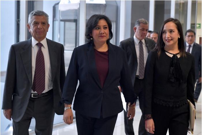 Irma Eréndira Sandoval Ballesteros escoltada por sus dos subsecretarios ligados al Despacho Vázquez Nava.