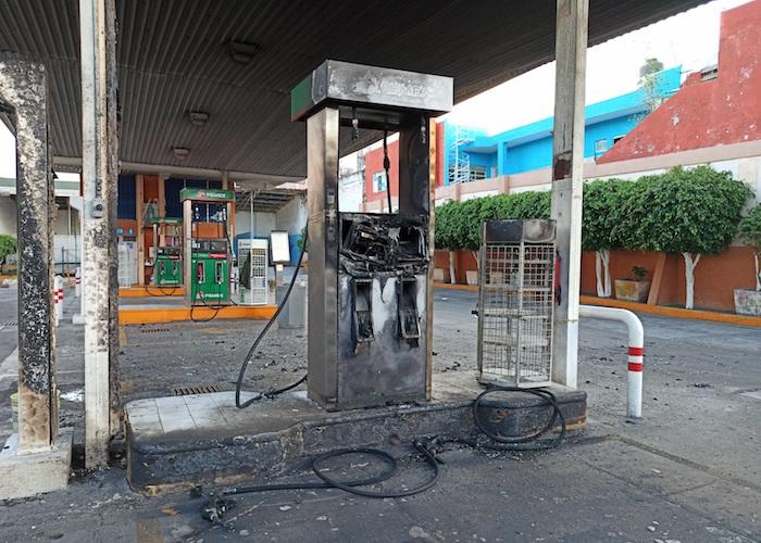 Presuntos miembros de bandas criminales incendiaron gasolineras, vehículos y bloquearon carreteras, este sábado en la ciudad de Celaya, en el estado de Guanajuato (México).