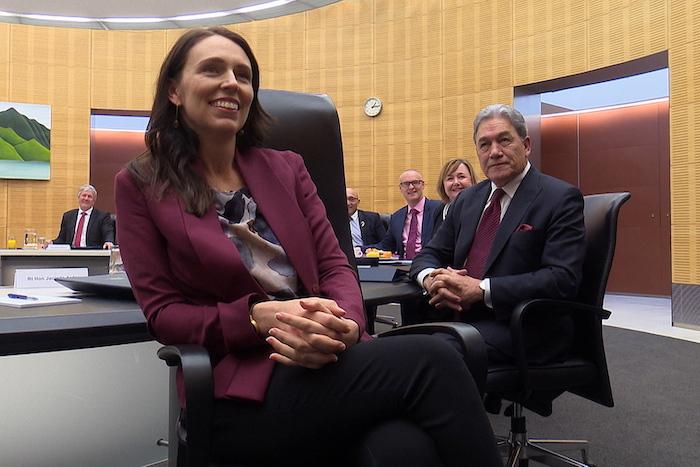 La Primera Ministra de Nueza Zelanda, Jacinda Ardern (c) posa durante una reunión de su Gobierno.