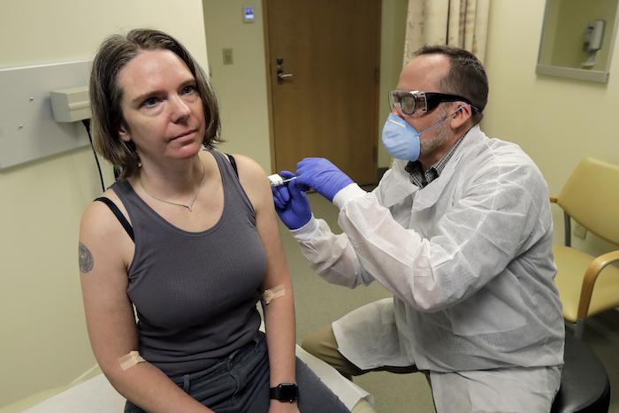 En imagen de archivo del 16 de marzo de 2020, un farmacólogo administra a Jennifer Haller, izquierda, la primera dosis de una vacuna en fase experimental contra la COVID-19, en el Instituto Kaiser Permanente de Investigación Sanitaria de Washington, en Seattle.