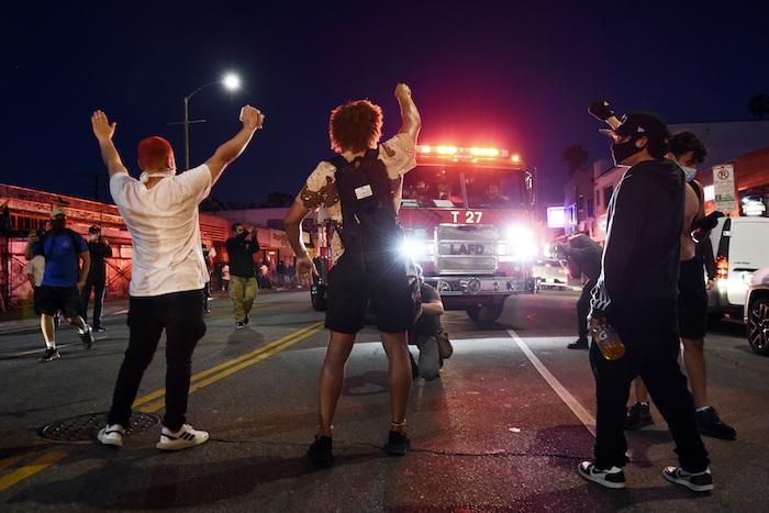 Manifestantes bloqueando el paso a un camión de bomberos de Los Ángeles, durante disturbios en Melrose Avenue, el sábado 30 de mayo de 2020 en Los Ángeles.