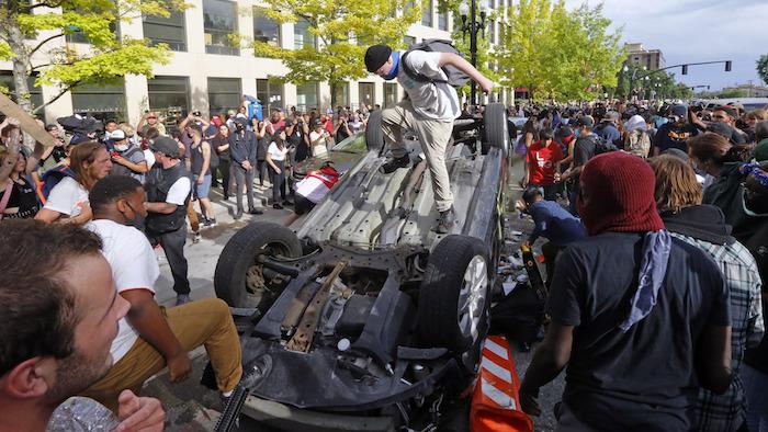Escena de una manifestación de protesta por la muerte de George Floyd en Salt Lake City, EU, el 30 de mayo del 2020.