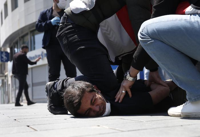 La policía turca detiene a un manifestante durante una protesta del 1ro de mayo del 2020 en la Plaza Taksim de Estambul.
