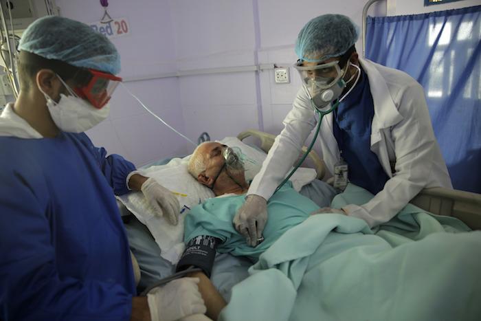Foto del domingo 14 de junio de 2020 de trabajadores médicos atendiendo a un enfermo de COVID-19 en una unidad de cuidados intensivos de un hospital en Saná, Yemen.