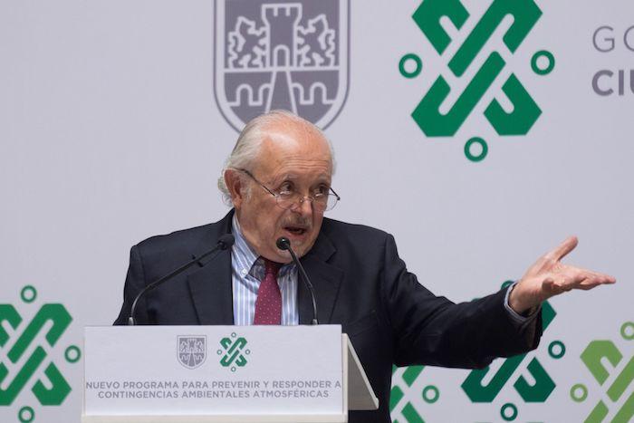 El ingeniero químico Mario Molina en conferencia de prensa.