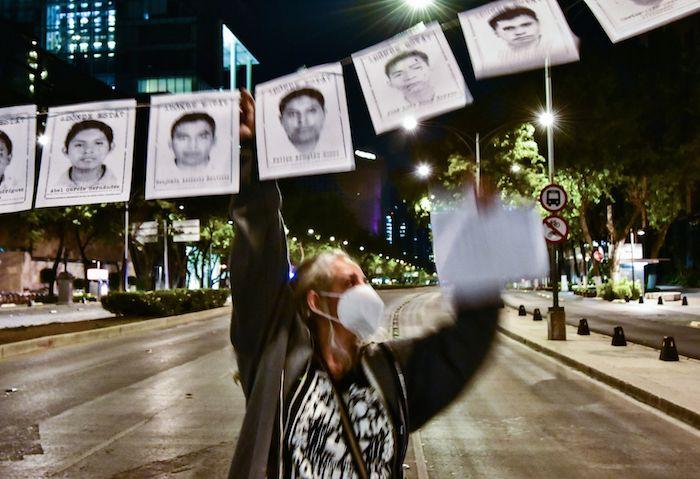 """Colectivos de la sociedad civil y otras organizaciones se manifiestan luego de 68 meses de la desaparición de los estudiantes de la Normal de Maestros """"Isidro Burgos de Ayotzinapa"""" en el antimonumento que se localiza en Paseo de la Reforma."""