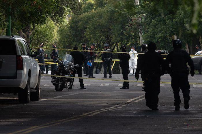 Elementos de la Secretaría de Seguridad Ciudadana resguardan las inmediaciones de las calles que rodean avenida Monte Blanco, en donde Omar García Harfuch, Secretario de Seguridad Ciudadana de la Ciudad de México, sufrió un atentado.