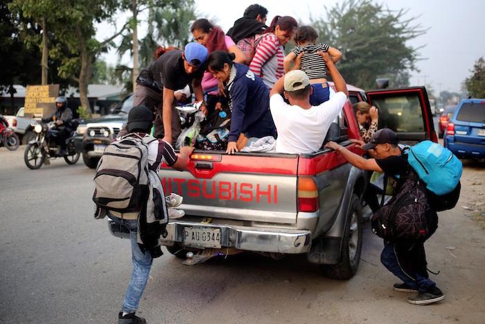 Un grupo de migrantes hondureños emprende una caravana rumbo a EU desde la ciudad de San Pedro Sula (Honduras).