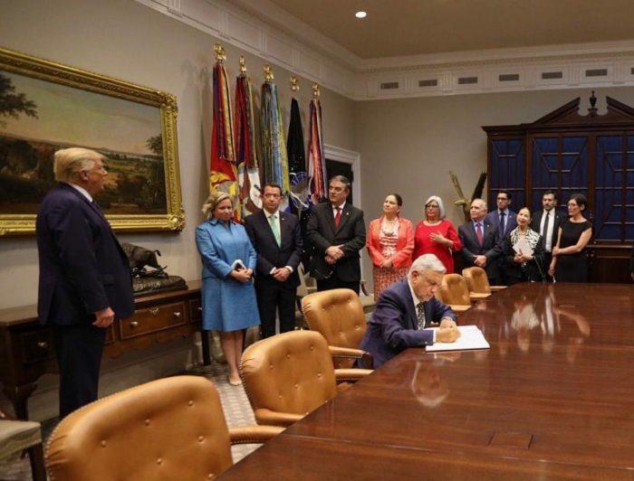 AMLO firma el Libro de Invitados en la emblemática casona.