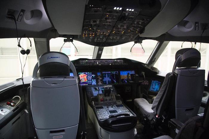 Los asientos de los pilotos del avión presidencial.