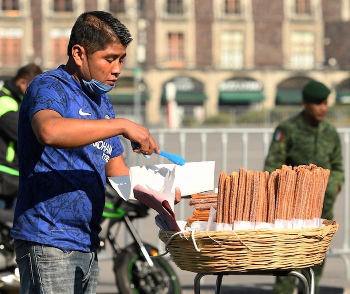 Fotografía del 14 de julio de 2020 que muestra un hombre que vende churros en una calle, en Ciudad de México (México).