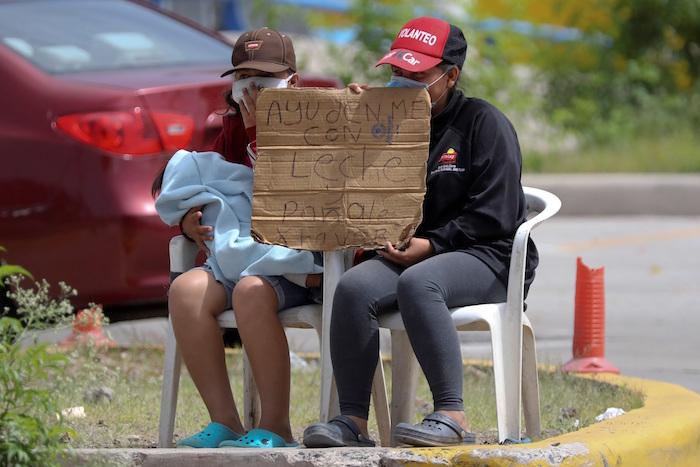 Dos mujeres piden dinero para alimentar a sus hijos en Tegucigalpa (Honduras).