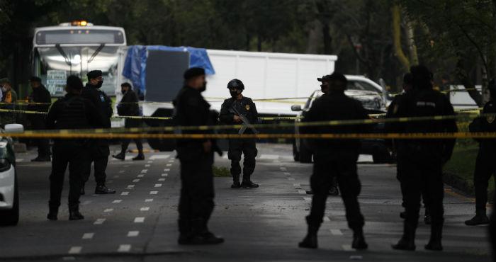 Policías montan guardia en el lugar donde el Secretario de Seguridad de Ciudad de México, Omar García Harfuch, fue atacado por hombres armados en la mañana del viernes 26 de junio de 2020.