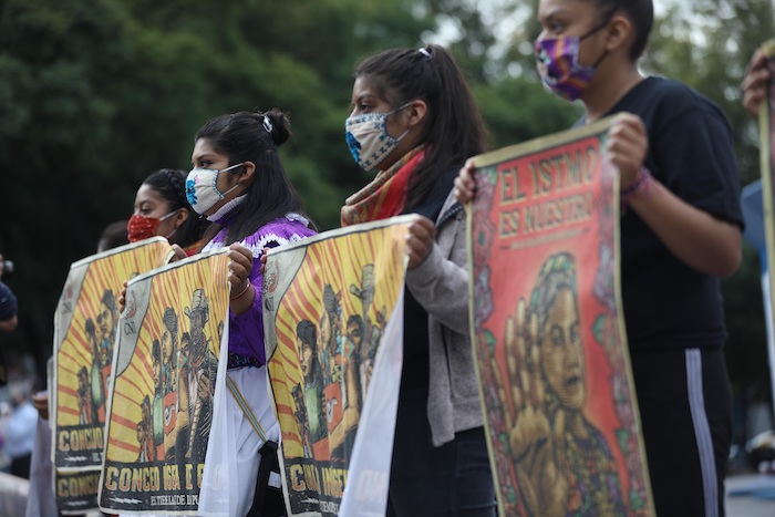 Activistas de organizaciones civiles se manifiestan para exigir el cese de hostilidades en comunidades Zapatistas, hoy en el Ángel de la Independencia, en Ciudad de México (México).