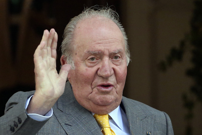 En esta foto de archivo, el rey emérito de España, Juan Carlos I, saluda al llegar a la Academia Diplomática de Chile, en Santiago, el 10 de marzo de 2018.