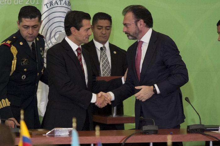 En 2017, Enrique Peña Nieto, entonces presidente de la República, y Luis Videgaray Caso, exsecretario de Relaciones Exteriores, durante el 50 aniversario de la firma del Tratado de Tlatelolco, acuerdo internacional que establece la desnuclearización del territorio de América Latina. y el caribe.