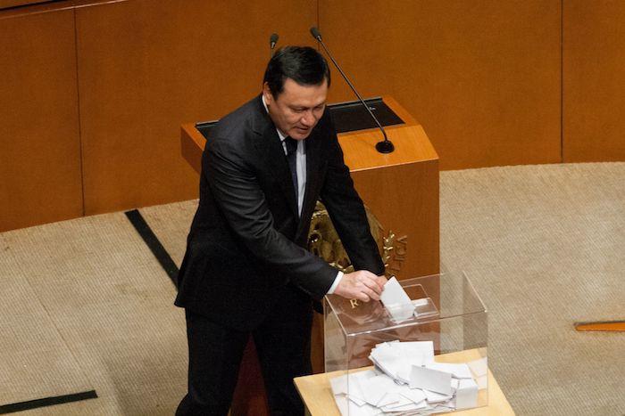 Miguel Ángel Osorio Chong, coordinador priista, durante una votación en el Senado.
