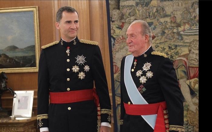 Juan Carlos impone el fajín de capitán de los Ejércitos a Felipe VI.